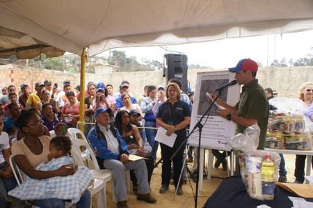 Entregó 371 certificados de construcción en el sector La Esperanza y se comprometió a algunas obras en la zona