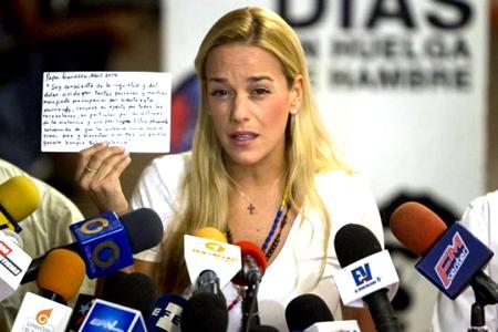 """Tintori, acompañada de una docena de dirigentes del partido de López, Voluntad Popular (VP), también en huelga de hambre, aseguró que su marido ha entrado en una """"semana crítica"""""""