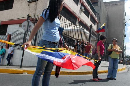 Con documentos firmados y solicitando la presencia de alguna autoridad del Gobierno, las 380 familias tomaron que tomaron la avenida Víctor Baptista de la capital mirandina exigían viviendas dignas.