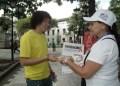 Los voluntarios de la jornada estuvieron repartiendo preservativos e información preventiva a los transeúntes