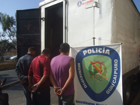Funcionarios de la policía municipal actuaron con rapidez para ponerle los ganchos a los hampones.