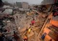 Decenas de supervivientes fueron sacados de entre los escombros el sábado de madrugada.