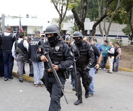 Un fuerte despliegue policial prosiguió a la embestida hamponil suscitada en la sede del Cicpc de El Valle donde ultimaron a tres funcionarios; el cual se extendió por diferentes zonas de Caracas y arterias viales adyacentes al lugar.  NEWS FLASH