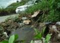 Aguas negras han agrietado la carretera principal de la comunidad