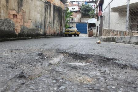 """Transportistas deben esquivar múltiples """"cráteres"""" en la vialidad"""