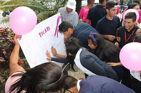 Los asistentes plasmaron sus manos en un cartel para hacer llamado a la prevención de esta enfermedad que ataca a mujeres y hombres