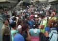 Cerca de 50 personas que intentaban comprar en el Central Madeirense de La Hoyada cerraron la calle para denunciar que el gerente no quiso venderles comida
