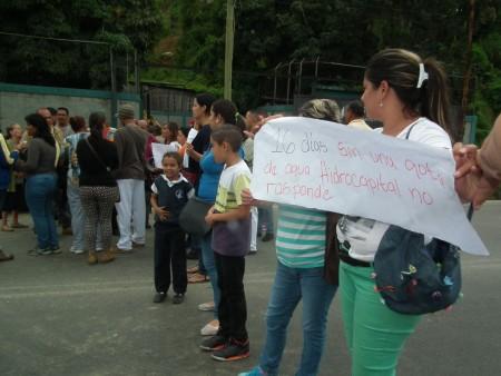 Habitantes de los kilómetros bajos de la citada vía expresa cerraron para denunciar que tienen varias semanas sin suministro de agua potable