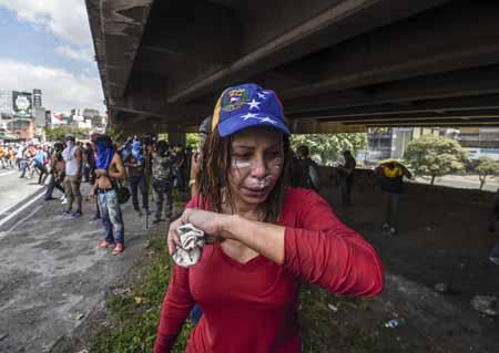Guardias lanzaron gases lacrimógenos y chorros de agua para dispersar a la multitud, ante lo cual los manifestantes, varios con el rostro cubierto, respondieron con piedras