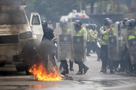 Opositores intentaron llegar al Consejo Nacional Electoral (CNE), en el centro de Caracas, para rechazar la Asamblea Nacional Constituyente convocada por Maduro, pero fueron bloqueados por policías y miembros de la militarizada Guardia Nacional