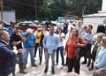 Residentes del urbanismo realizaron un recorrido a lo largo del afluente para determinar la gravedad del asunto