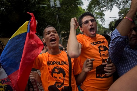 La mañana de ayer simpatizantes de López se reunieron frente a su residencia en Caracas.