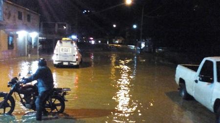 Río San Pedro se desbordó inundando avenida Víctor Baptistas en dos puntos