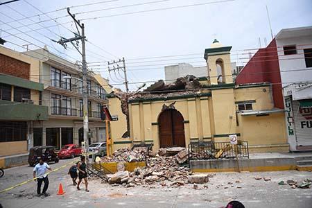 """""""Son 61 personas que lamentablemente fallecieron"""", de las cuales 45 en el estado de Oaxaca, 12 en Chiapas y cuatro en Tabasco, dijo el presidente Enrique Peña Nieto desde la ciudad de Juchitán, la más golpeada por el sismo, con 36 de fallecidos hasta ahora.  AFP"""
