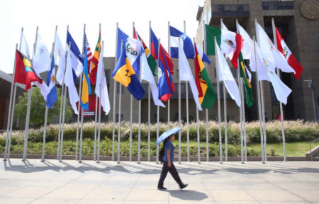 Vista del paseo de las banderas frente al ministerio de Cultura, una de las sedes de la Cumbre de las Américas, hoy lunes, 9 de abril de 2018, en Lima (Perú).