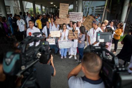 Trabajadores del sector sanitario protestan para exigir mejoras salariales hoy, martes 10 de julio de 2018, en un hospital de Caracas