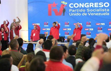 Partido gobernante venezolano debate régimen cambiario y precio de gasolina