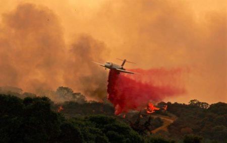 Vista de llamas el pasado domingo, 29 de julio de 2018, en el incendio del condado de Mendocino, en Lakeport, California (EE.UU.). Los incendios de River y Ranch, condado de Mendocino, han quemado más de 56,000 acres (22,660 hectáreas), duplicándose desde el domingo, y ha obligado a evacuar a más de 10,000 personas.