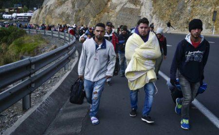 Decenas de venezolanos sin pasaporte en camino de Ecuador a Perú AFP PHOTO / Luis ROBAYO