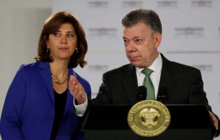 El presidente colombiano, Juan Manuel Santos (d), y la canciller, María Ángela Holguín (i), hacen una declaración hoy, jueves 2 de Agosto de 2018, en Bogotá (Colombia), sobre la atención que se le ha dado a los venezolanos que salieron de su país en busca de ayuda. EFE/Mauricio Dueñas Castañeda