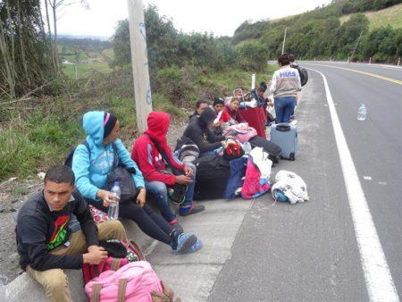 Intenso frío acompaña a angustiados venezolanos por carreteras de Ecuador