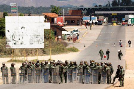 Antichavistas se encaran con agentes en la frontera de Brasil con Venezuela