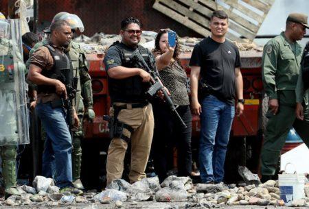 Ministra de prisiones venezolana se planta en frontera con hombres armados