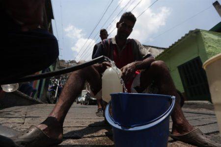 El apagón seca los grifos de las casas de Caracas