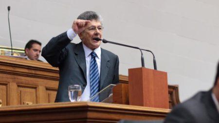 """Ramos Allup: """"¿No les da vergüenza a los militares venezolanos tener que cuadrarse con un militar cubano?"""""""