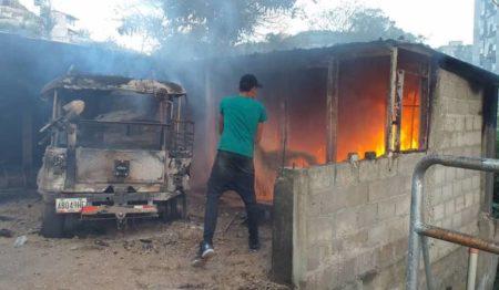 Incendio afectó 5 vehículos en Los Salias por falta de camión cisterna en los bomberos. Foto: Luis Sajaro