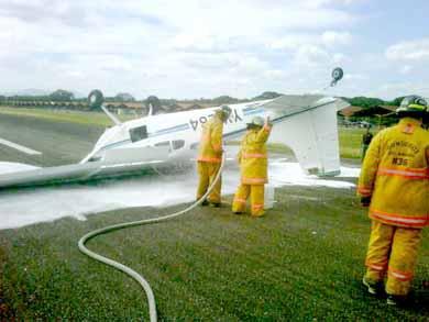 Efectivos bomberiles aplicaron medidas urgentes para evitar el incendio de la aeronave