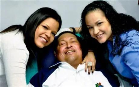 """El presidente venezolano Hugo Chávez posa para una fotografía con sus hijas, María Gabriela, a la izquierda, y Rosa Virginia en un lugar no revelado de La Habana. Chávez, presidente de Venezuela desde 1999 hasta su muerte, fue uno de los líderes más polémicos en la América Latina de los últimos tiempos y el principal antagonista de Washington en la región. Falleció el 5 de marzo de un """"infarto fulminante"""" en medio de una batalla de casi dos años contra el cáncer. Tenía 58 años. (AP Foto/Oficina de prensa presidencial de Miraflores, Archivo)"""