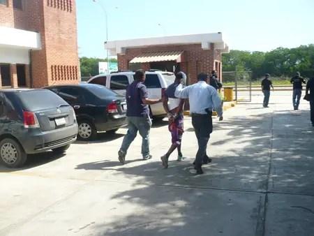 Uno de los detenidos por el caso de homicidio, cuando era movilizado por funcionarios del Cicpc-Higuerote