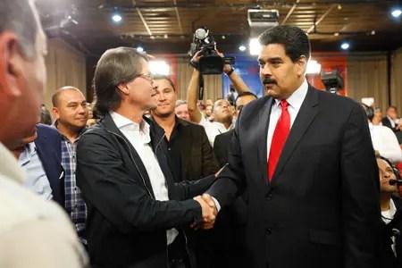 El presidente Nicolás Maduro sugirió que se cree una comisión de enlace y coordinación para hacer seguimiento de las propuestas que surjan en este encuentro. El mandatario aceptó la solicitud del empresario Lorenzo Mendoza -a quien saludó al ingresar al Salón Ayacucho- de crear una Comisión de la Verdad de la Sconomía PRENSA MIRAFLORES