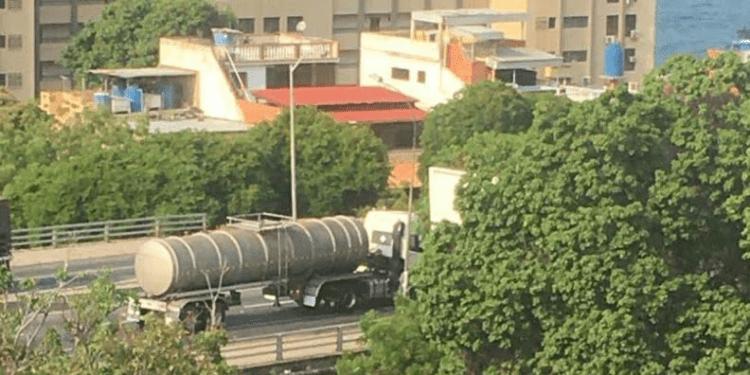 Camiones cisternas que llegaron al puerto de La Guaira el pasado 30 de abril son trasladado al este del estado Vargas el sábado 2 de mayo
