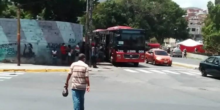 Las paradas de los buses ya no se dan abasto en La Guaira