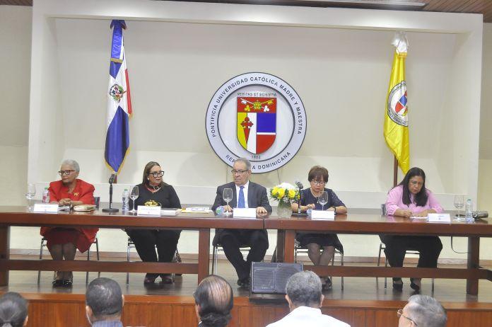 Carmen Duran, Mildred Guzmán Madera autora, David Álvarez, vicerrector PUCMM; Alina Bello y Luisa Navarro.
