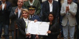 La presidenta Jeanine Áñez y la titular de la Cámara de Senadores tras la promulgación de la ley para la convocatoria a elecciones. Foto: APG