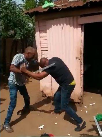 Hombre le entra a machetazos a su hermano, el pleito es por una mujer, vea el video