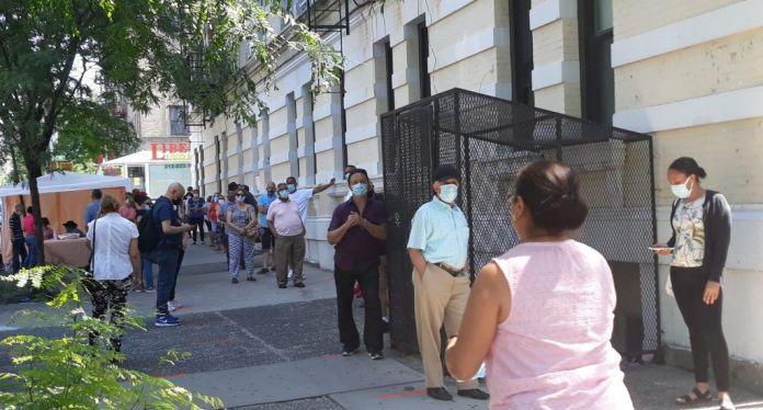 Llueven quejas de votantes y dirigentes en NY por retrasos y exclusiones en recintos electorales