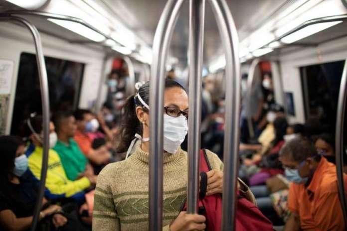 El coronavirus SÍ puede transmitirse por el aire, vuelven a admitir los CDC