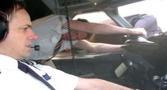 Viral caso de piloto que sobrevivió tras ser succionado por ventana y quedó colgando fuera de avión