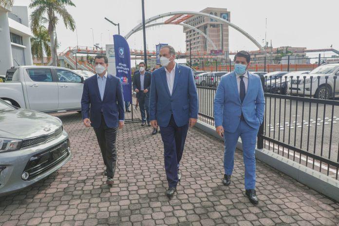 7899El presidente ejecutivo del Banco Popular Dominicano, señor Christopher Paniagua,(primero de la izquierda) agota una agenda de visitas a concesionarios. En la foto, desde la izquierda, le acompañan los señores Fernando Villanueva y Luis Alexis Ricart.
