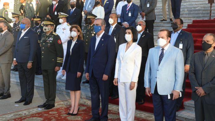 Abinader rinde homenaje a la Bandera Nacional