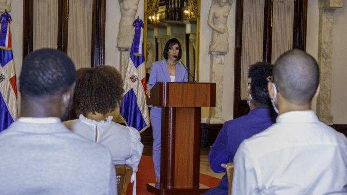 Primera dama exhorta a los jóvenes a denunciar los males sociales