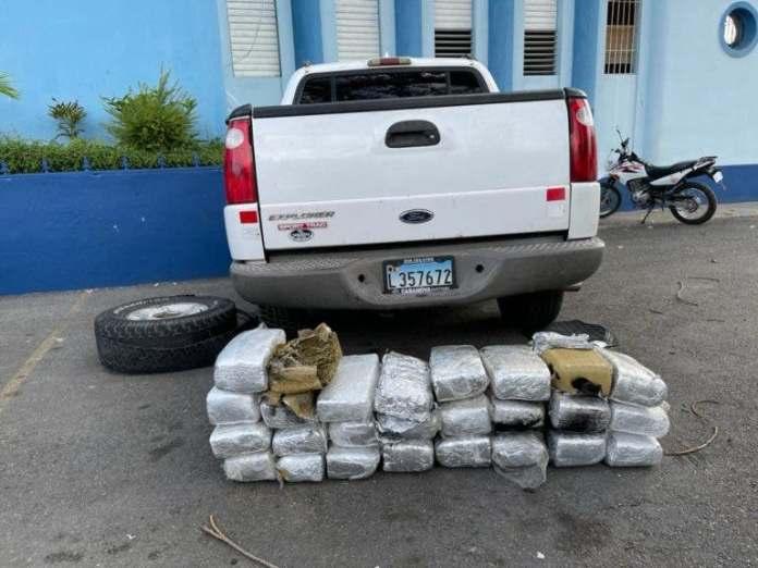 DNCD ocupa 26 pacas de marihuana escondidas en chasis y compuerta de camioneta