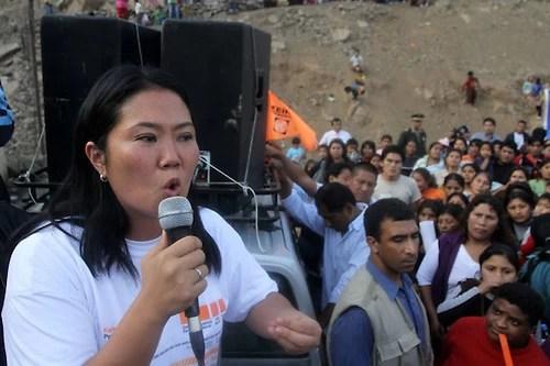 LIM10. LIMA(PERÚ) 17/05/2011.- La candidata presidencial peruana por el partido Fuerza 2011, Keiko Fujimori(i), habla a sus simpatizantes hoy, martes 17 de mayo de 2011, durante su visita al asentamiento humano Santa Rosita en el distrito de San Juan de Lurigancho en Lima (Perú). La congresista es una de las favoritas de cara a la segunda vuelta de las elecciones a la presidencia peruana del próximo 5 de junio. EFE/Paco Chuquiure