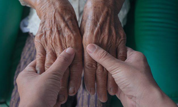 La letalidad del COVID-19 en España se dispara entre los 69 y los 80 años según los datos de Sanidad