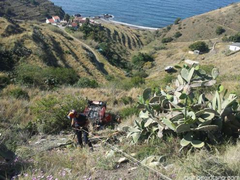 BOMBEROS JUNTO VEHICULO VOLCADO ACCIDENTE CN 340