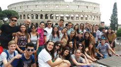 ESTUDIANTES SEXITANOS JUNTO AL COLISEO DE ROMA 16